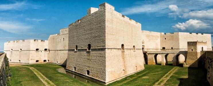 Veduta esterna del castello di Barletta, ben visibile il ponte in muratura ed i bastioni angolari .