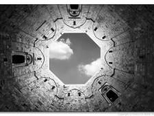 Il cielo visto dall'interno del cortile di Castel del Monte (foto di Enrico Lo Storto).