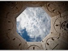 Il cielo visto dall'interno del cortile di Castel del Monte (foto di Giulio Iannotti).